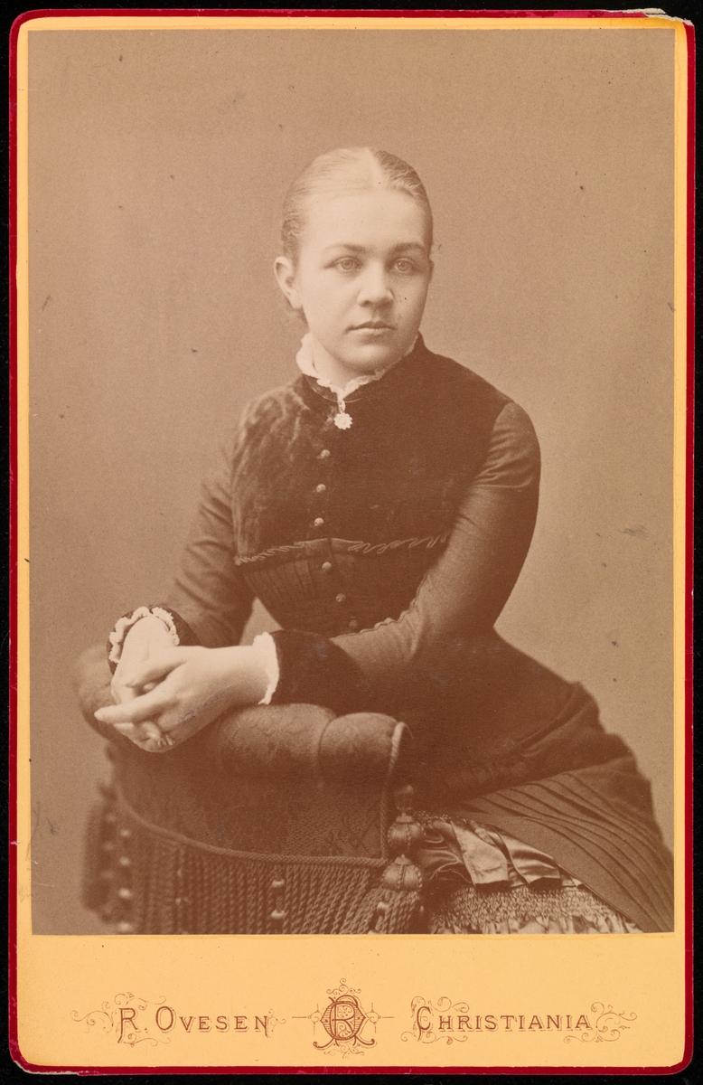 Portrett  av Agnes Mathiesen i cabinetformat.