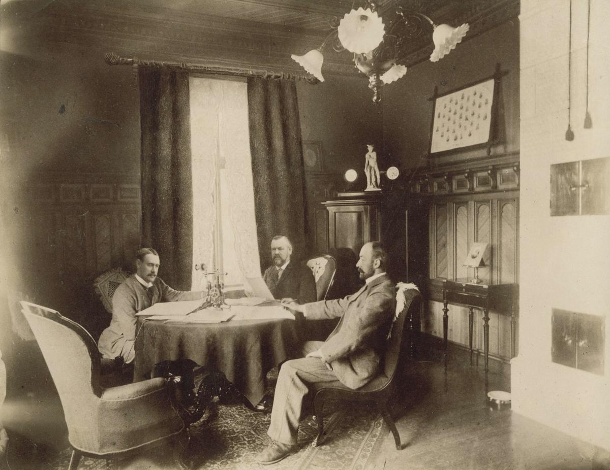 Ledelsen ved M. Thams & Co., Christian, Marentius og Wilhelm Thams, rundt bordet.