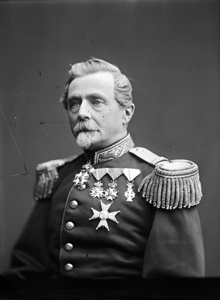 Ateljéfotografi, porträtt, av Generalmajor och kabinettskammarherre Otto Mauritz von Knorring.