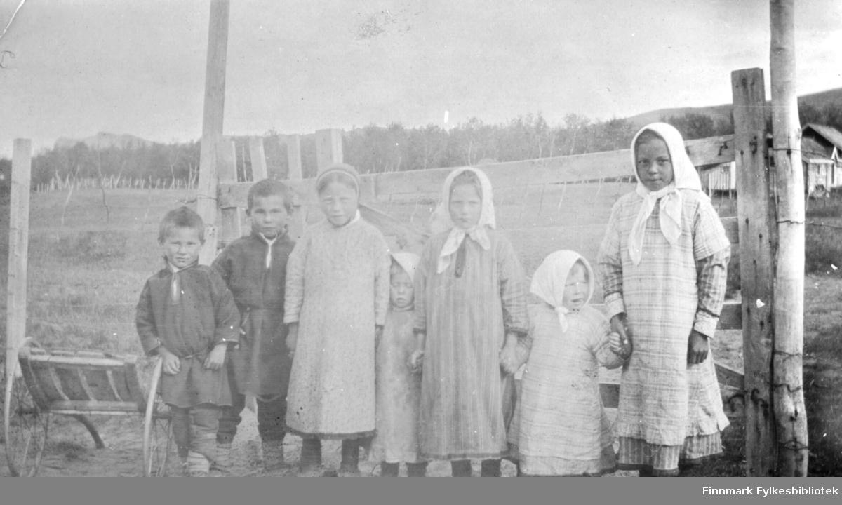 Larvongan. (Skøyerungene). Tana. 1918. Gruppeportrett av barn. Tre av jentene har på seg skaut. To gutter til venstre har samisk kofte. Barna står oppstilt og neon holder hverandre i hendene og ser på fotografen.