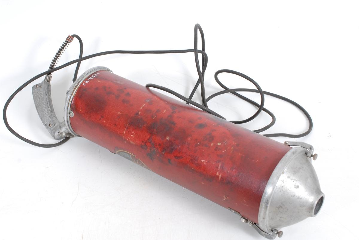 Teknikk: Lokket er gjort fast til beholderen m/to skruer. I enden av beholderen skytes ut et håndtak til ledningen som igjen er for- sterket i overgangen med tvunnet ståltråd. Form: Beholderen er sylinderformet m/lokk. Sugerøret er hult, rett og blankt. I lokket er det hull for innføring av sugerøret og feste for tøypose. Kjeller på Tømte.