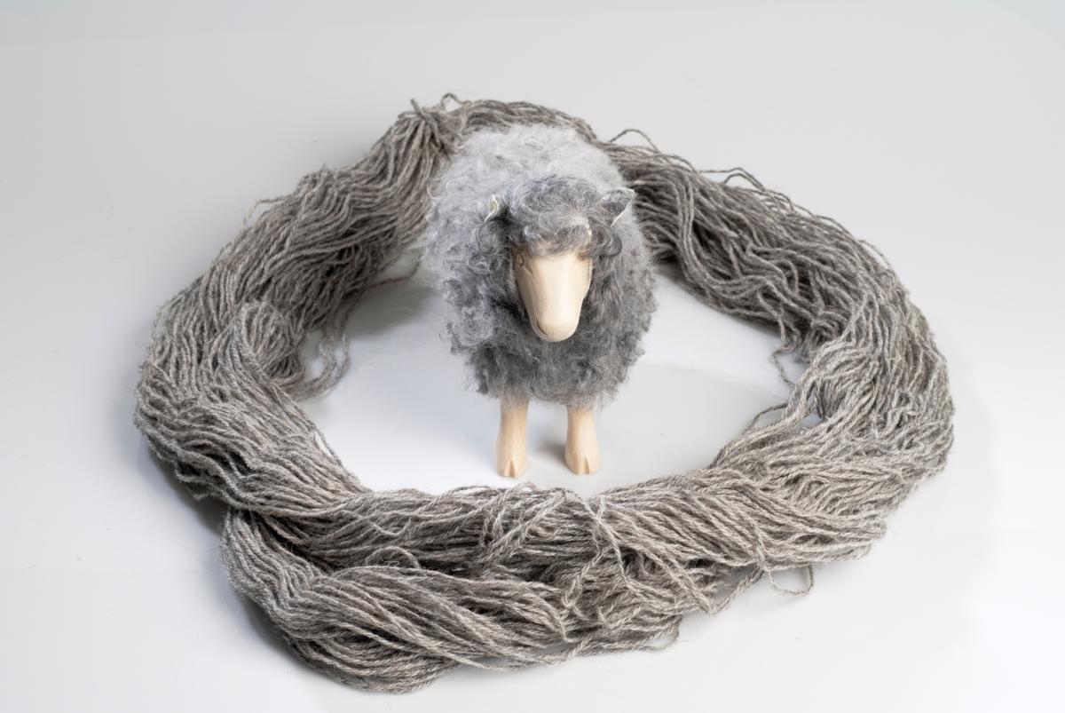 Ullbunt og tovet sau figur. Begge er i ufarget grå ull.
