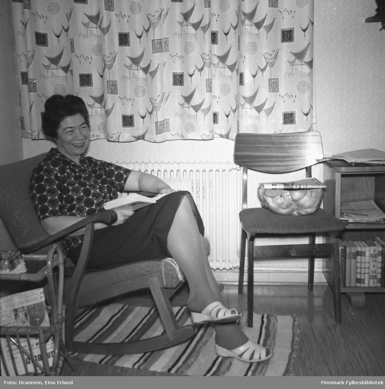 Jenny sitter i en gyngestol i stua i familiens hjem i Hammerfest.