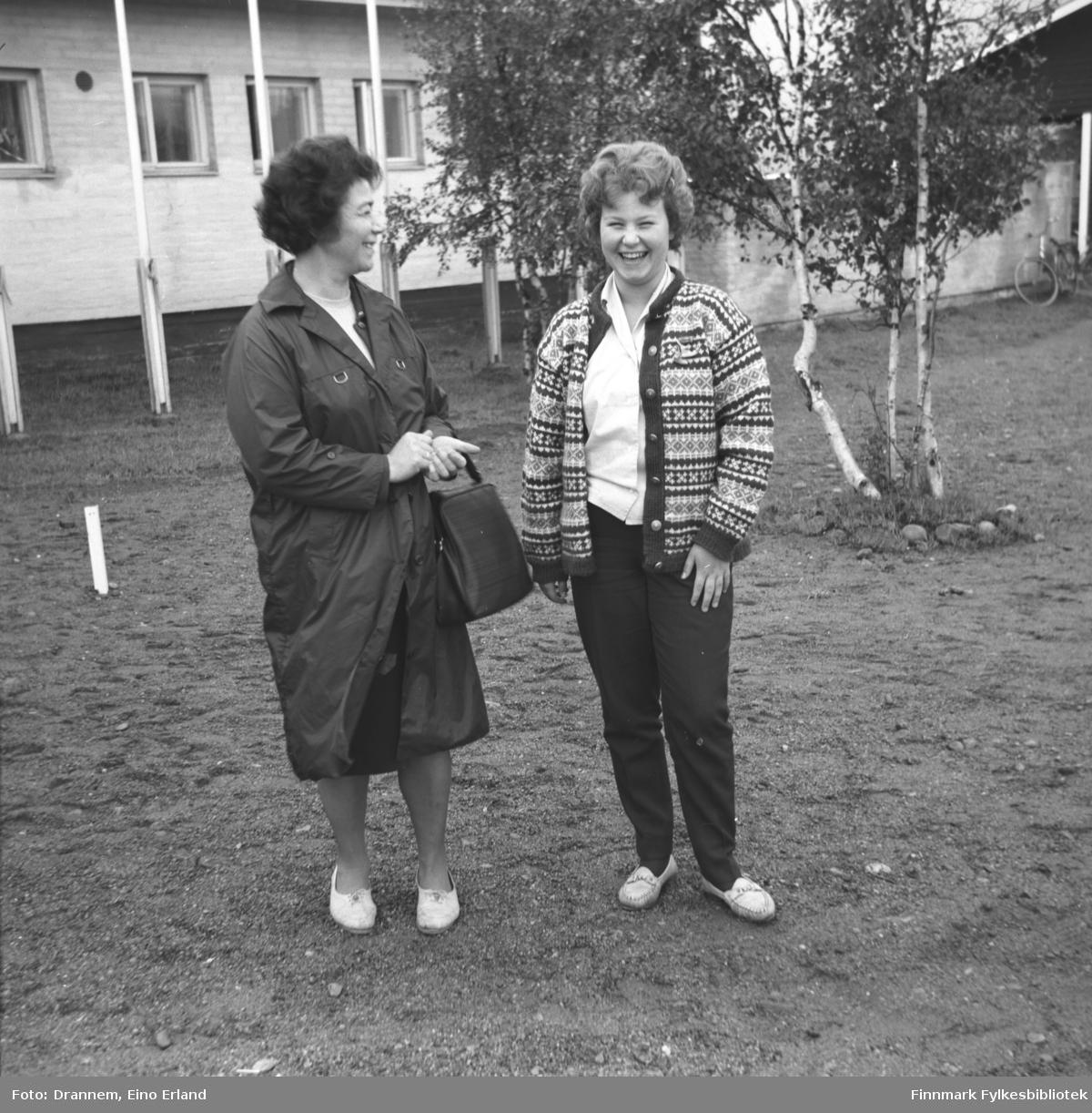 Jenny Drannem og Turid Karikoski står på en gårdsplass. Stedet er ukjent.