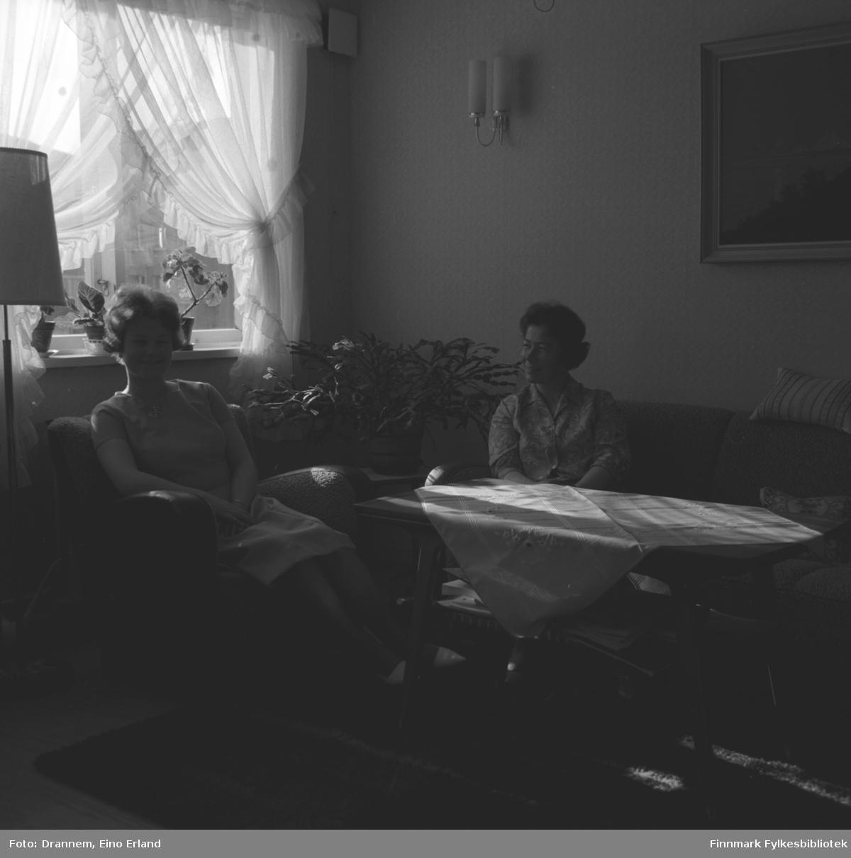 Turid Karikoski og Jenny Drannem sitter i stua hjemme i familiens leilighet i Hammerfest.