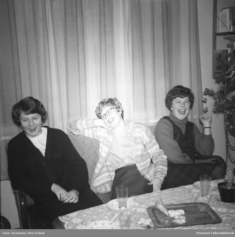 Tre jenter på julebesøk hos familien Drannem i Hammerfest. Til høyre på bildet sitter Inger Haugen, Mali Engedal og en ukjent jente til høyre.