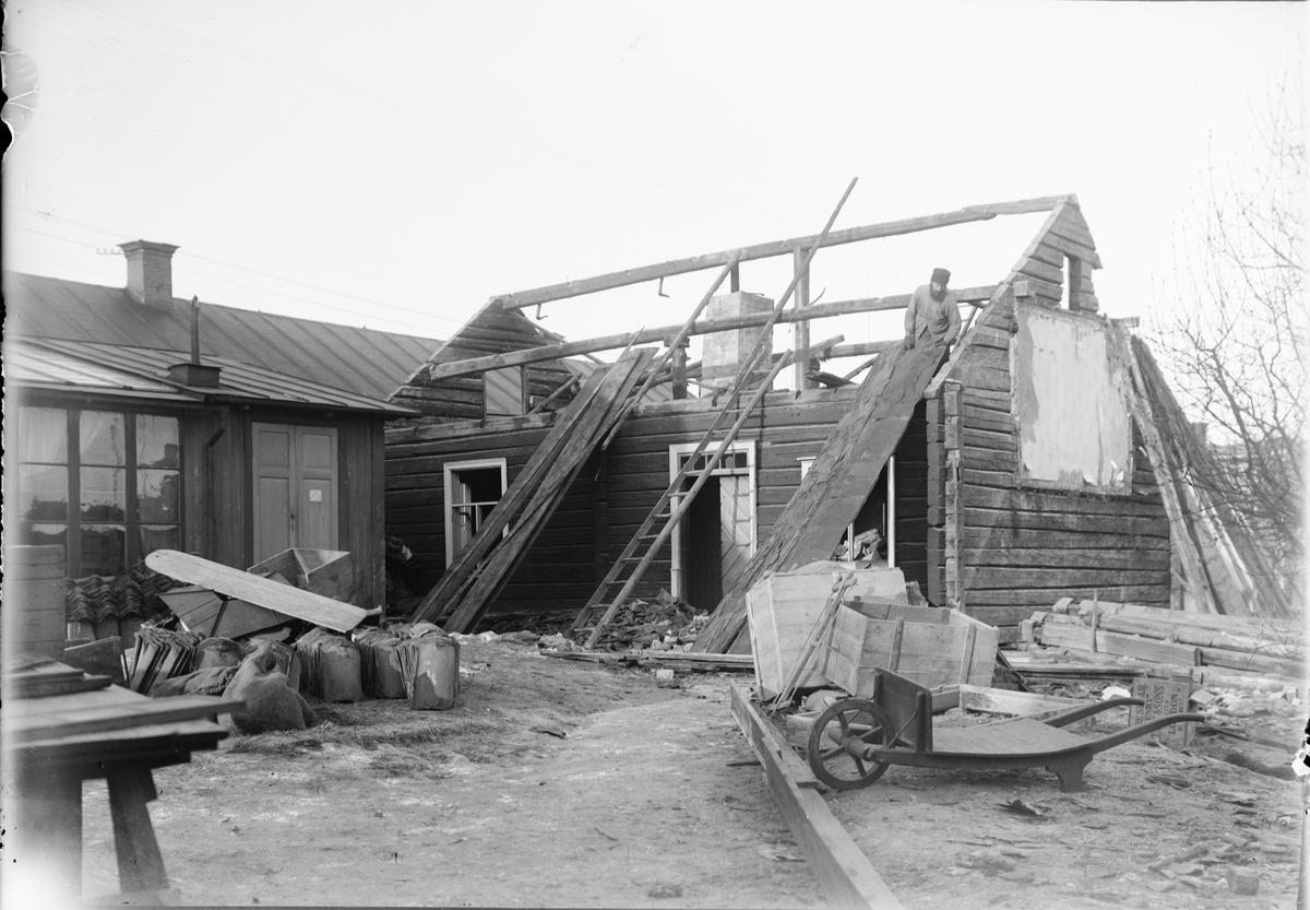 Guldskärskvarteret nummer 25 rivs, Östhammar, Uppland 1912
