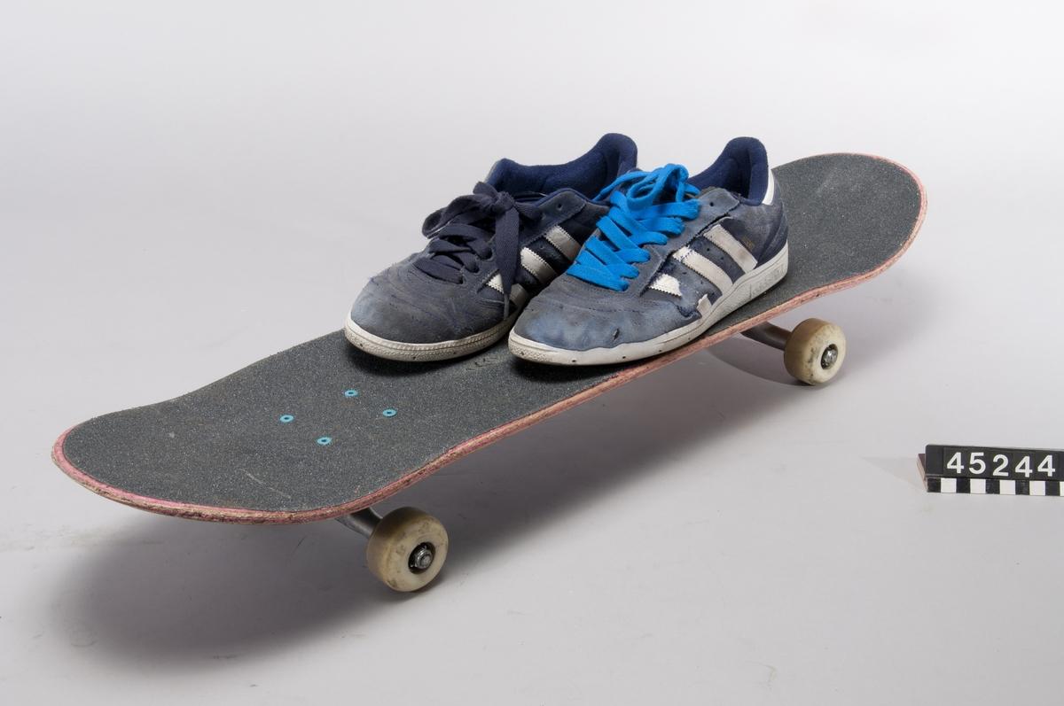 Skateboard, skor Tekniska Museet DigitaltMuseum