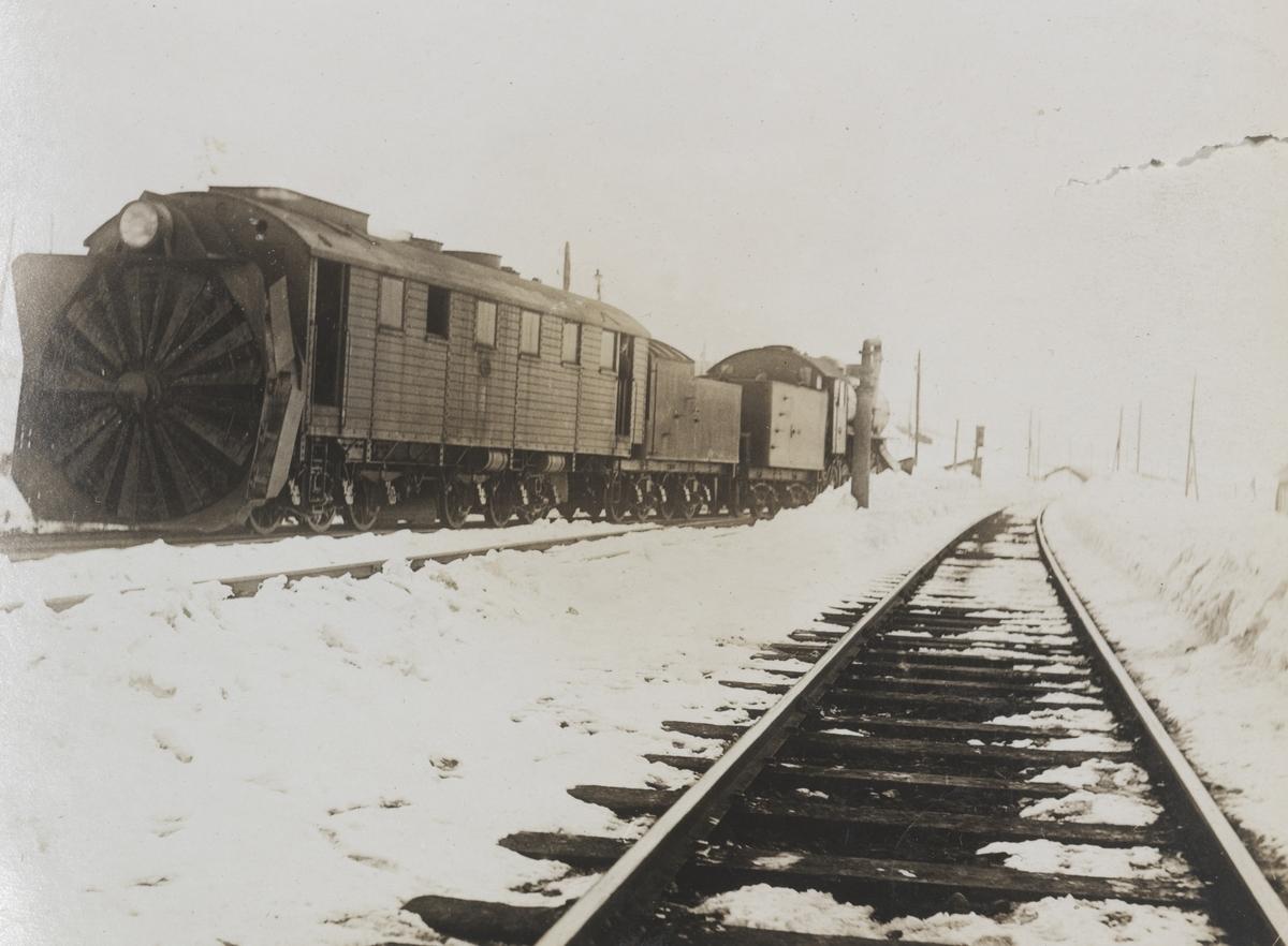 """Roterende snøplog også kalt """"Rota"""" og damplokomotiv type 22 på Finse stasjon."""