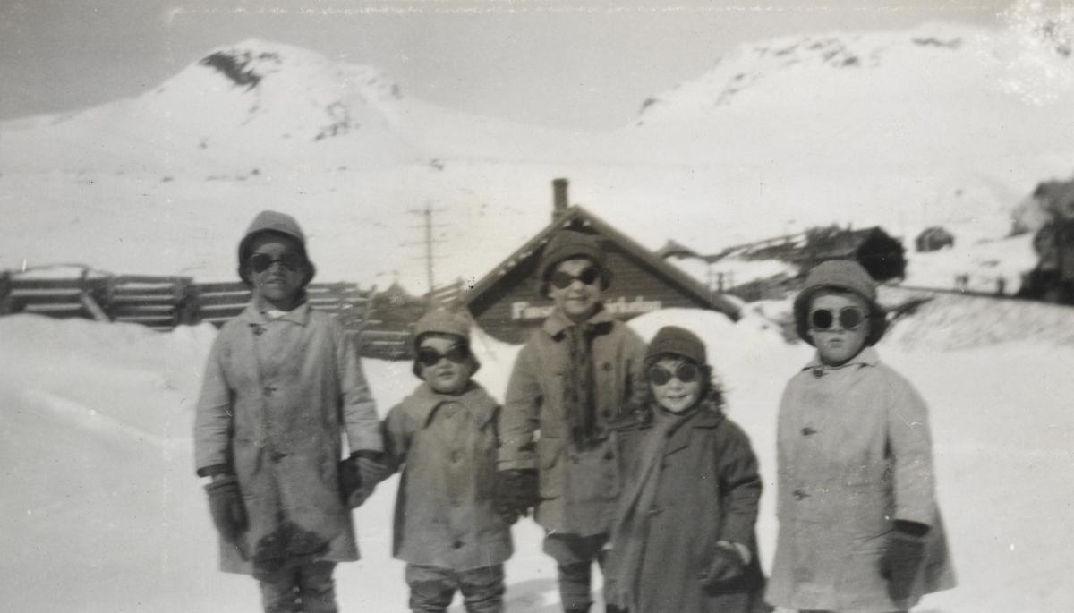 Noen av barna som bodde på Finse i 1924.