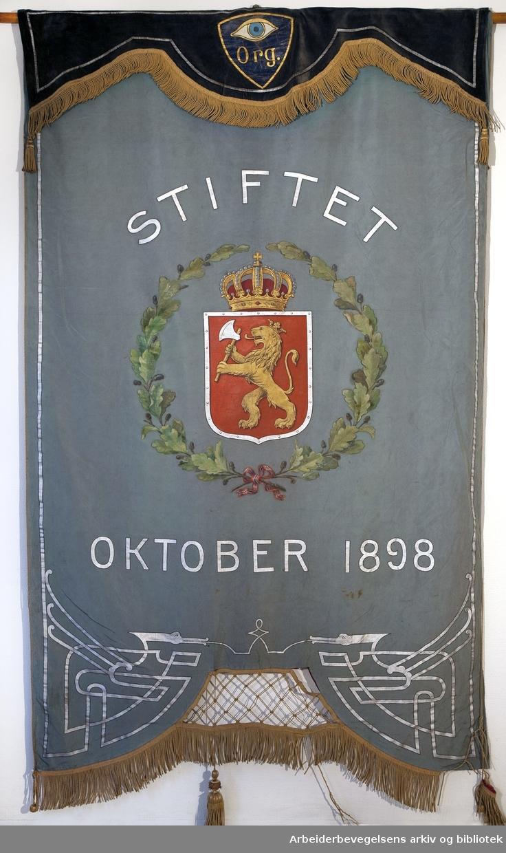 Kristiania sporveis-organisasjoner..Bakside..Fanetekst: Stiftet oktober 1898.