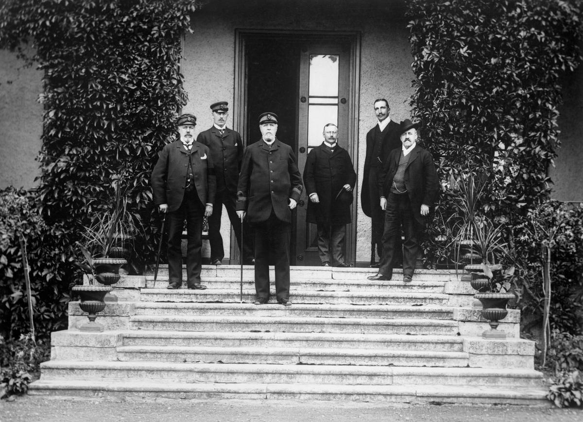 Bildsvit från Longs slotts historia tagen från förra sekelskiftet fram till rivningen år 1944. Oskar II gästar familjen Rosensvärd i september år 1905 i samband med att drottning Sofia avslutar en konvalescentvistelse på 3 veckor. Kompletterande info finns i kommentarsfältet.