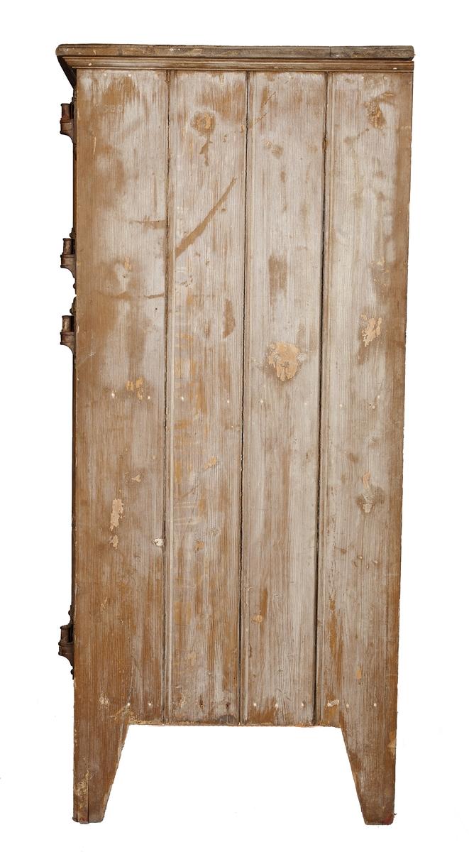 Isskap med tre dører. Metalldekor på dørene.
