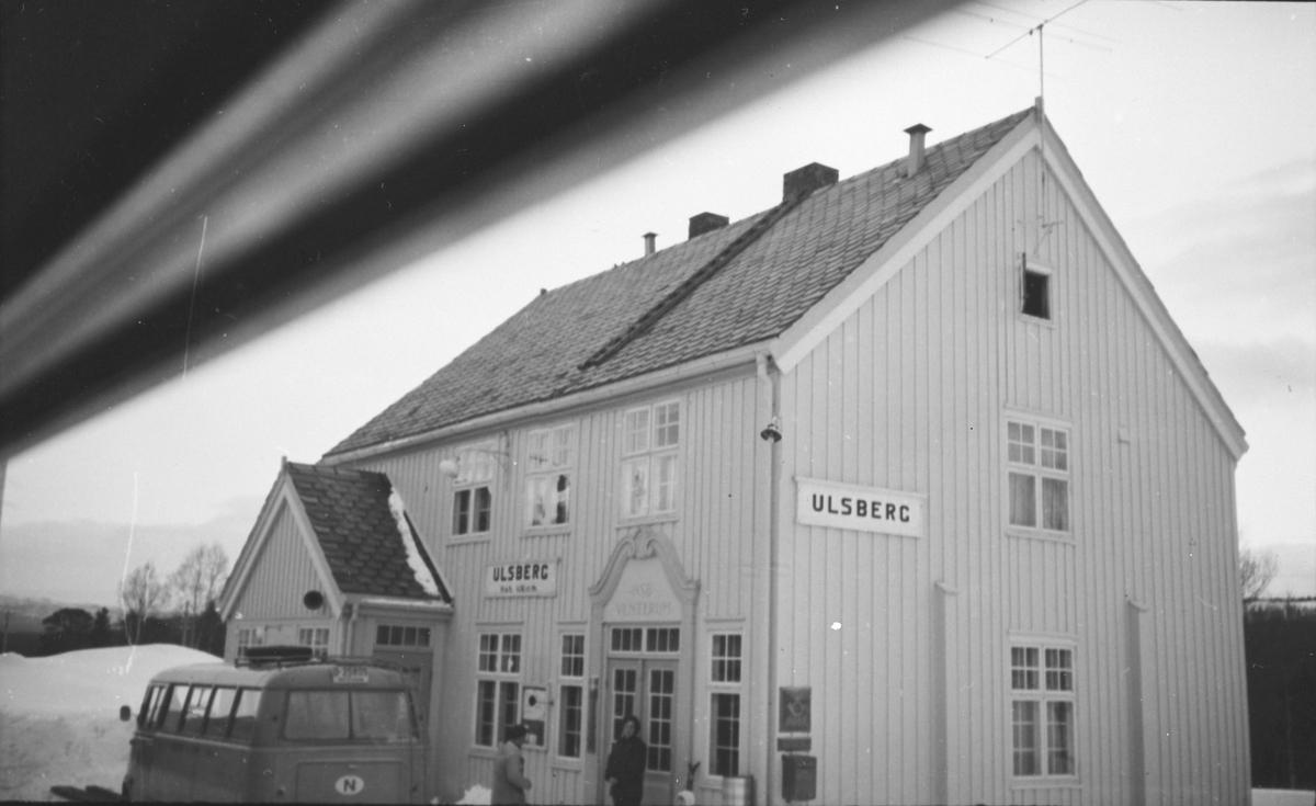 Ulsberg stasjon fotografert fra togvinduet