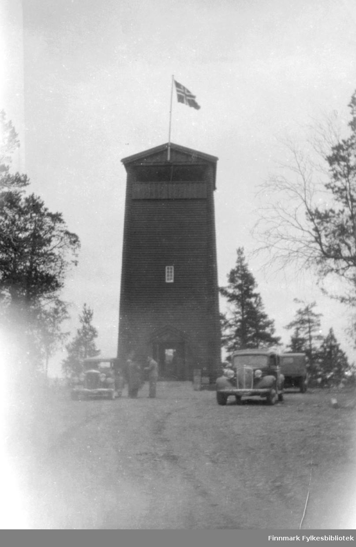 Bildet viser Tårnet på Høyde 96. Biler og folk sees på Parkerings-plassen foran tårnet. Bilen til høyre er trolig en Chevrolet 1934.