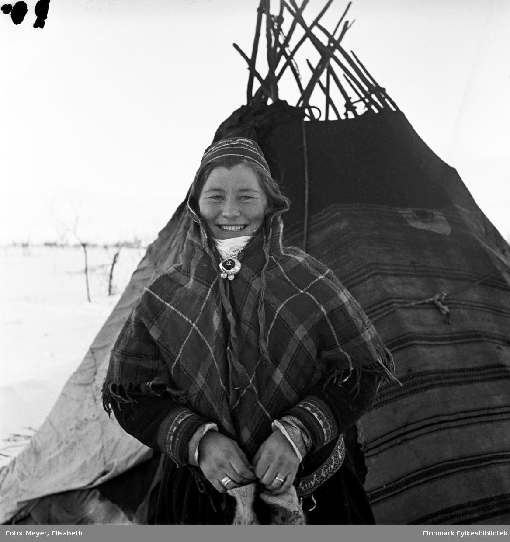 Inga Johansdatter Sara foran lavvoen. Tatt i Kautokeino av Elisabeth Meyer, rundt påsketider 1940.