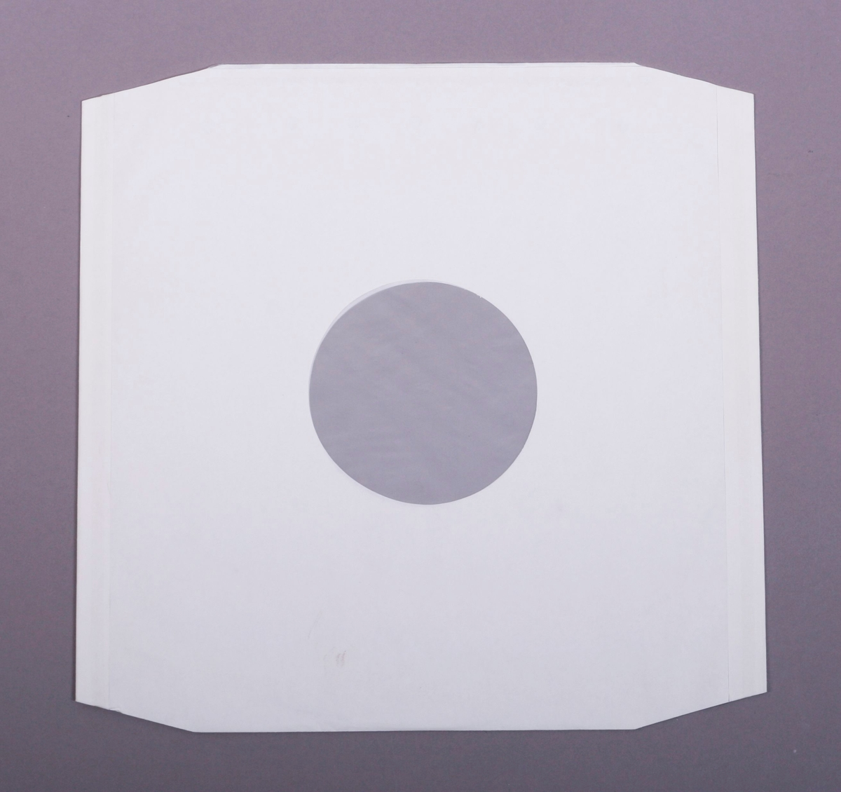 Grammofonplate i svart vinyl og plateomslag i papp. Plata ligger i en papirlomme med plastfôr.