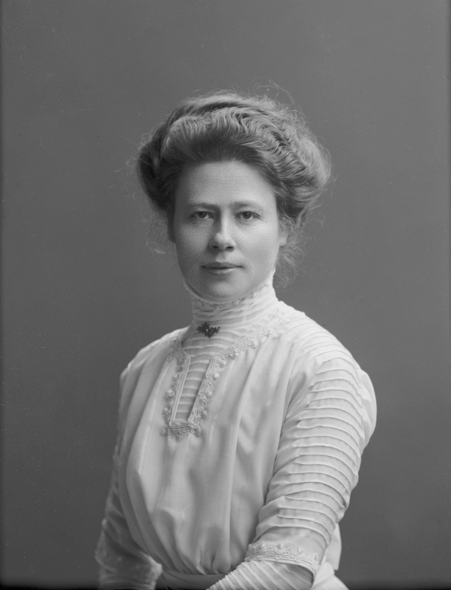 """Porträtt från fotografen Maria Teschs ateljé i Linköping. 1911. Beställare: Lönngren. Övr. uppg.: """"kvinna"""""""