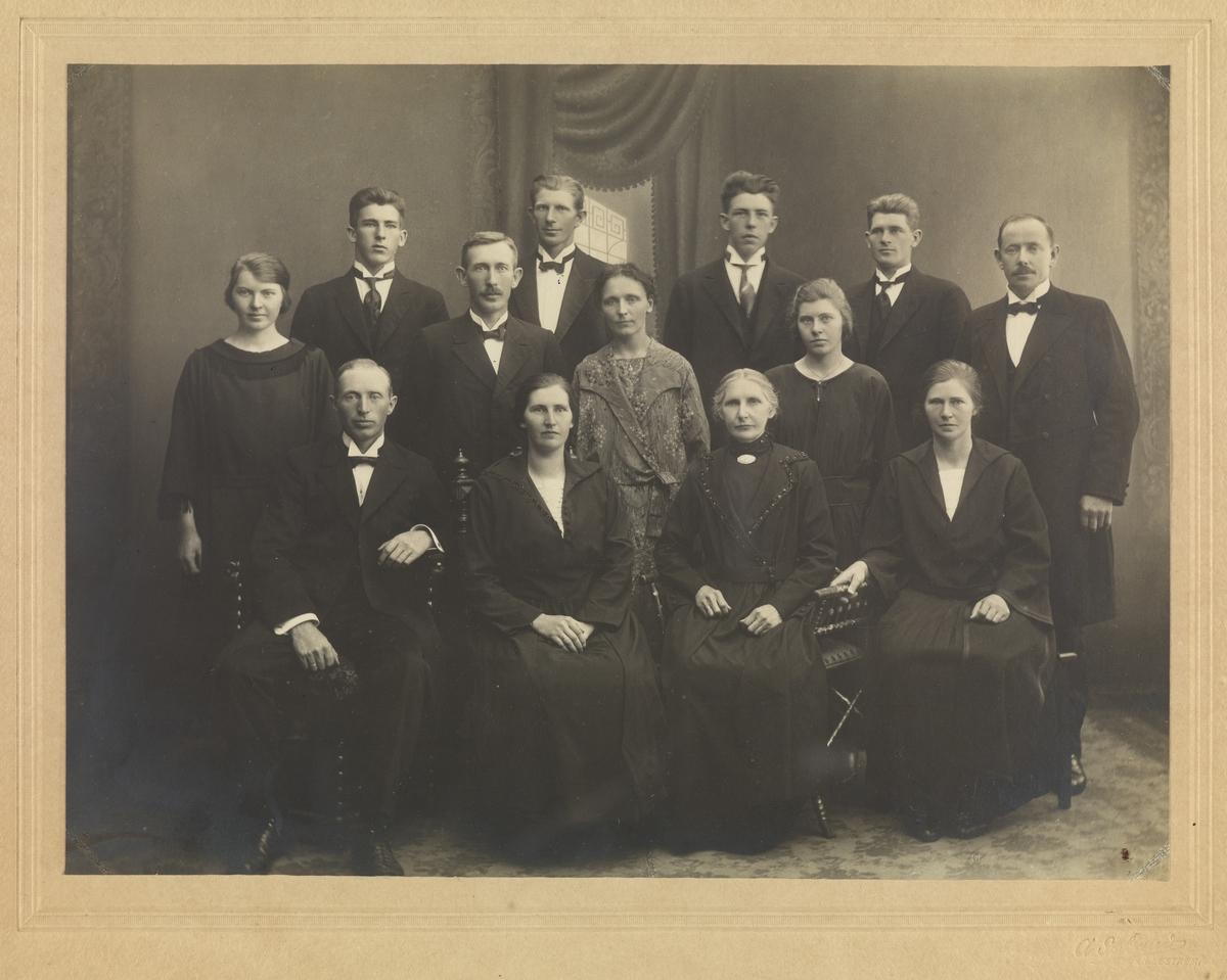 Gruppebilde 13 personer. Agnete Kjærstad (f. Løvstad), og 10 barn