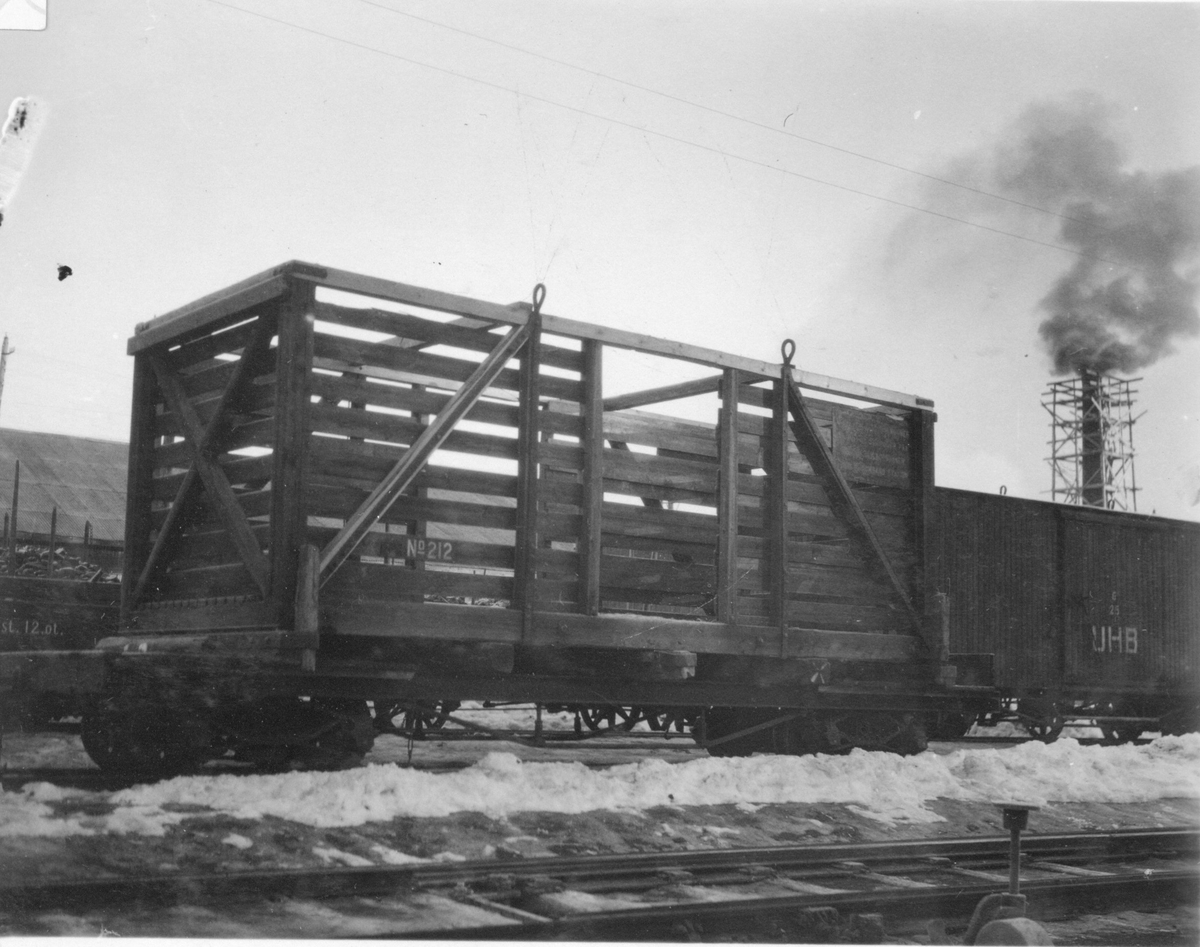 Fra omlastingstomten på Sørumsand stasjon der godset ble lastet om mellom den smalsporede Urskog-Hølandsbanen og den normalsporede Kongsvingerbanen. En av Urskog-Hølandsbanens løftekasser står på en normalsporet godsvogn.