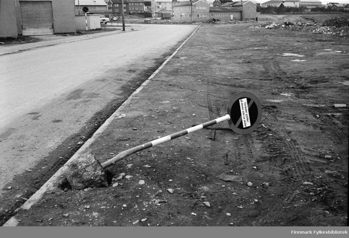 Serie med bilder fra Vadsø; trafikkulykker. Her et forbudsskilt som er nedkjørt.