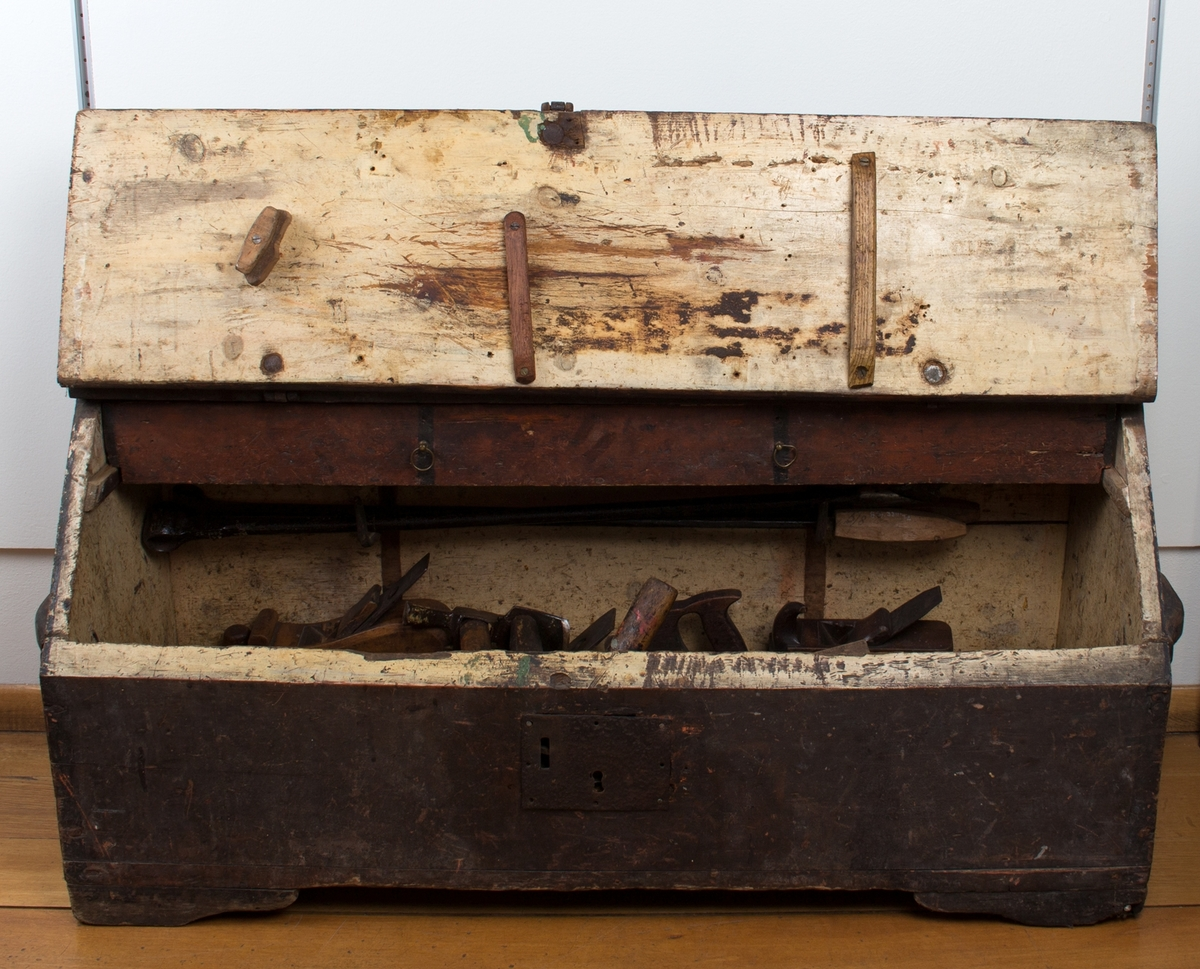 Tømmermannskiste med verktøy, bl.a. høvler, bor, hammere, filer og stemjern. Tilsammen 56 stk. ulike verktøy.
