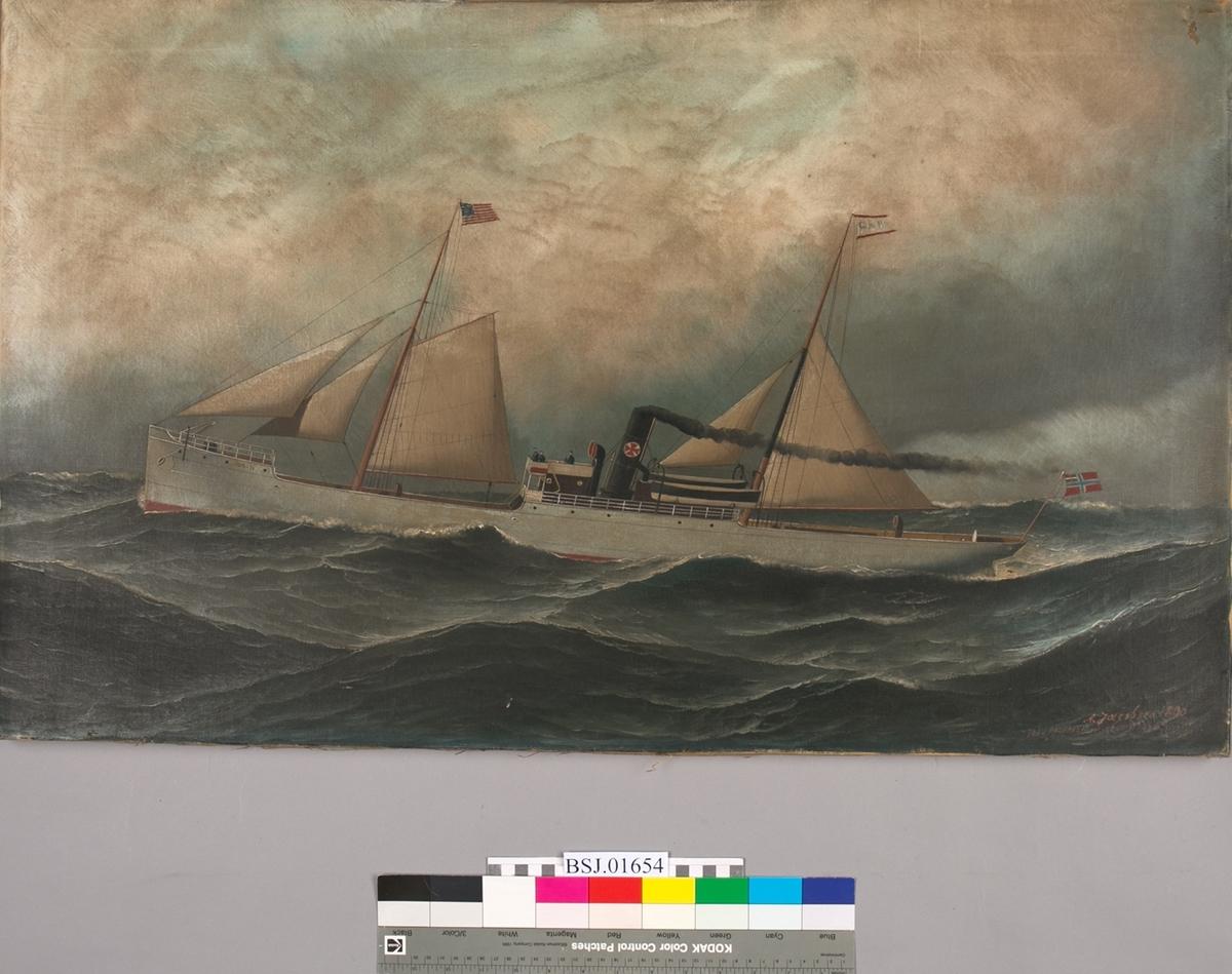 Skipsbilde av dampskipet HUGIN under fart med seilføring. Det amerikanske flagg på fortoppen og flagg med merket G&P på den andre masten.
