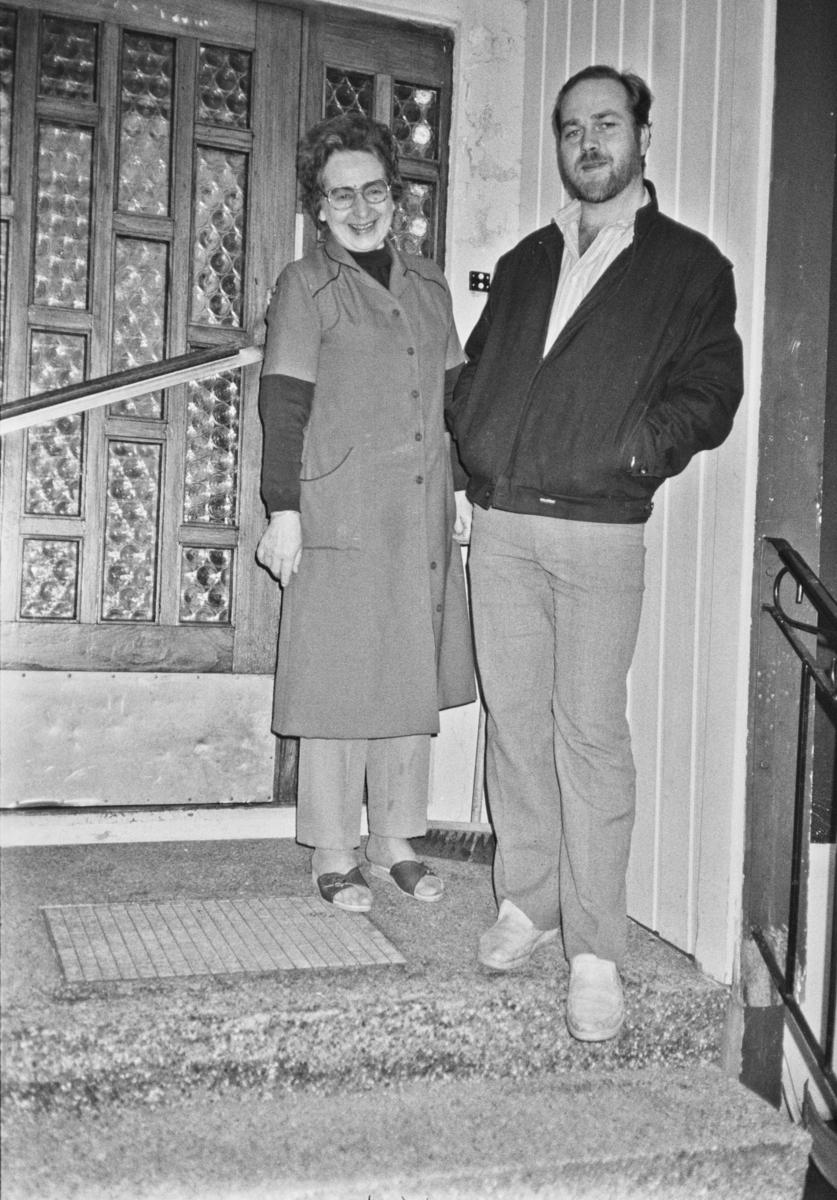 Mann og dame på trappa
