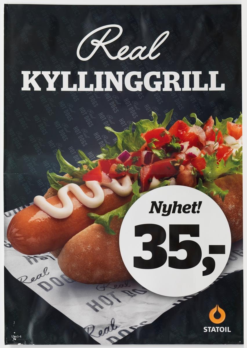 På plakaten er et fotografi av en hotdog / kyllinggrill. Pølsen ligger plassert på et oppskåret pølsebrød på et pølsepapir, der det står Real Hot Dogs. Ovenpå pølsen er det dressing, salat, tomater og løk.
