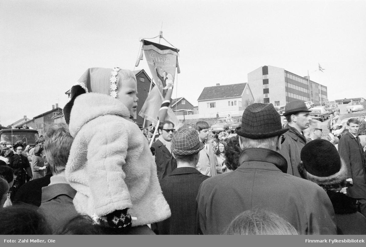 Vadsø 17.mai 1970. Fotografert av Vadsøfotografen Ole Zahl Mölö. Vadsøs borgere går i 17.mai tog.