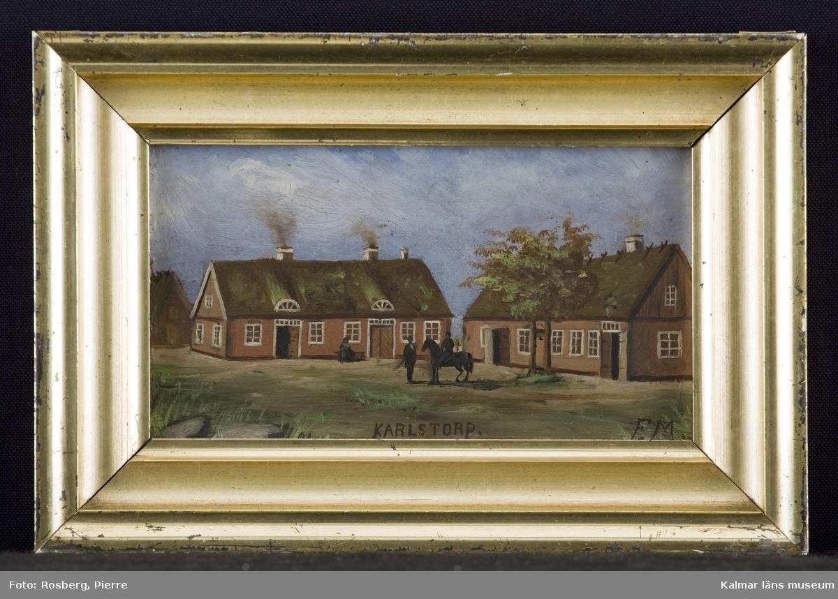Bondgård med tre byggnader, varav två med sydsvensk karaktär. På gårdsplanen tre personer, varav en ryttare till häst.