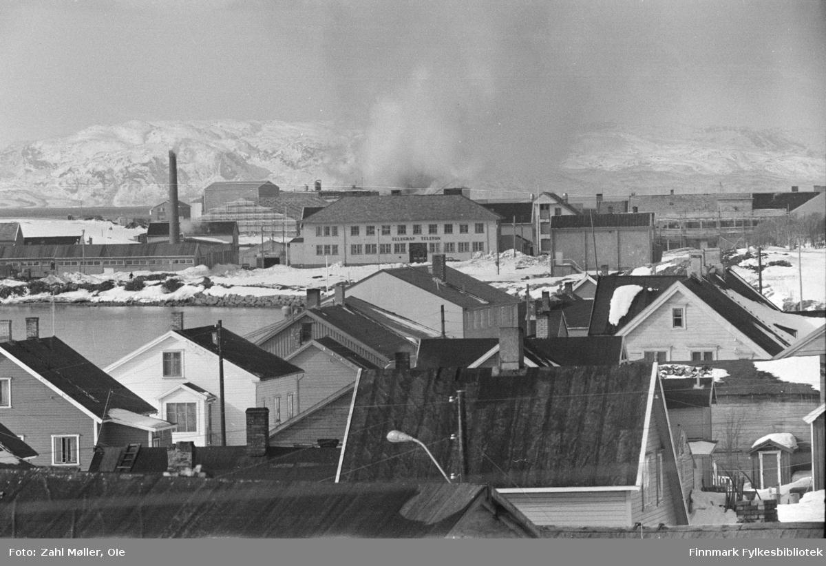 Fotoserie fra Vadsø, April 1968 fotografert av Vadsøfotografen Ole Zahl-Mölö. Vadsøs bebyggelse. Det store bygget midt i bildet er Telegrafen.