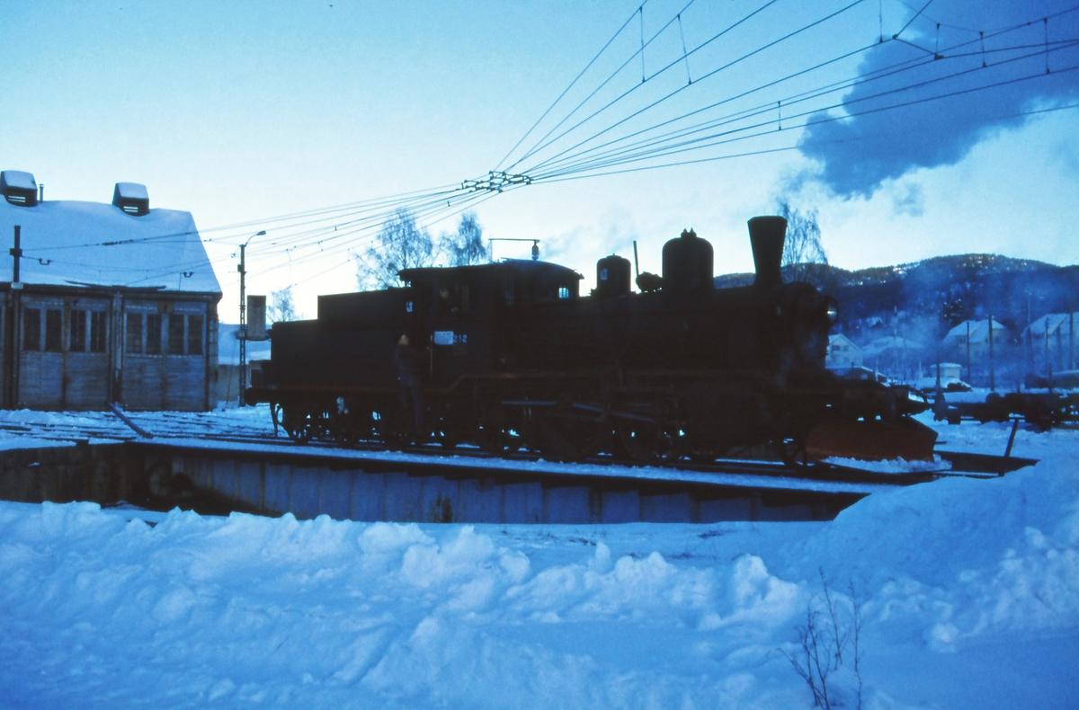 Damplok 21b nr. 252 på svingskiven på Kongsberg stasjon .