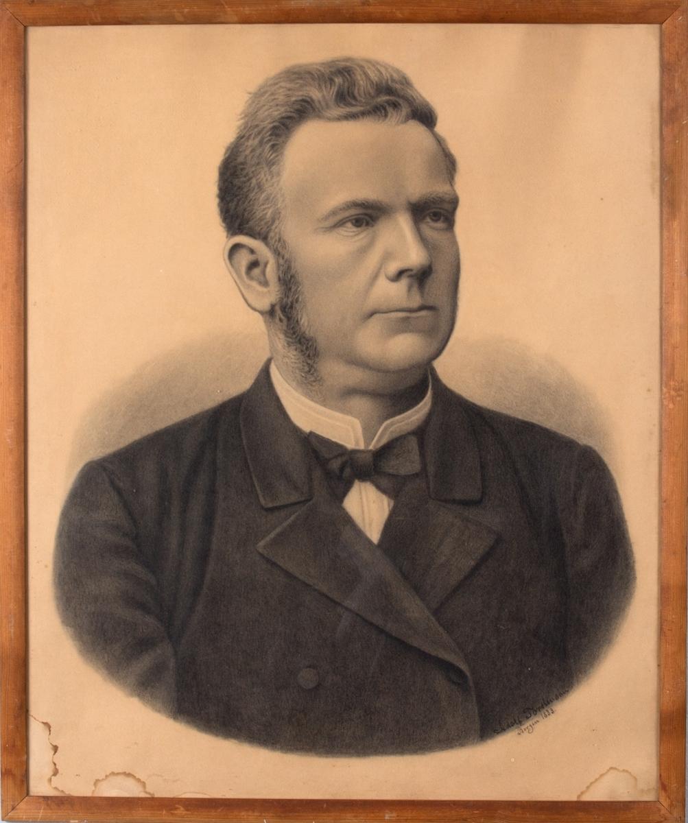 Brystportrett av skipsreder Peter Gabriel Halvorsen. Han er kledd i mørk dress, skjorte uten krage med knyttesløyfe. Håret er gredd bakover, og han har kinnskjegg. Ansiktet er vendt mot høyre.