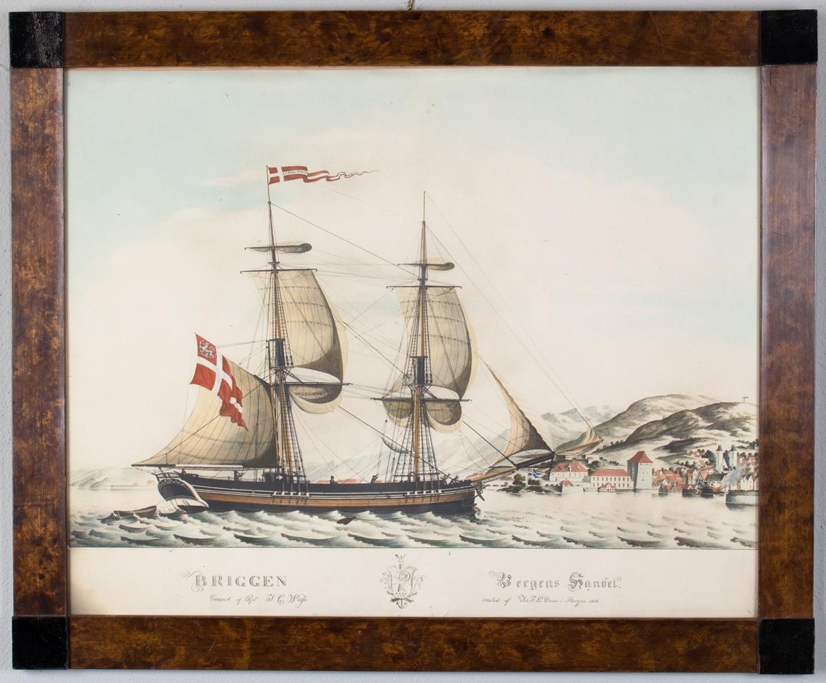 Briggen BERGENS HANDEL  med dansk-norsk handelsflagg (med den norske løve) i akter. I bakgrunnen sees Bradbenken med tjærebrenning og Bergenshus festning i Bergen. Ser flere av mannskapet i arbeid på dekk.