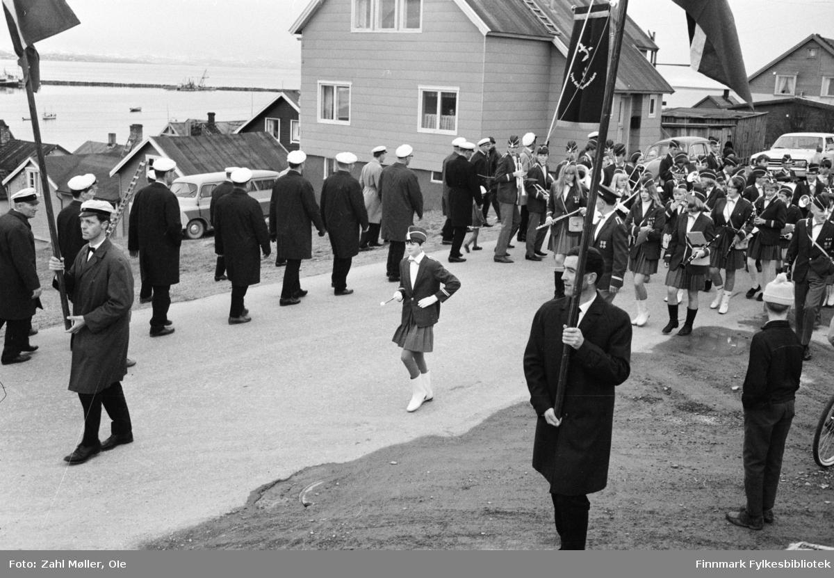 Vadsø 1968, Sangen og Musikkens Dag. Korps, sangere og flaggbærere går i prosesjon. Barna følger med.