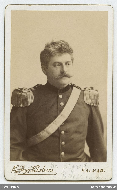 Porträtt av regementsläkare Alfred Backman.