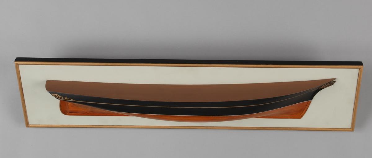 Halvmodell av skonnertbrigg EMIL montert på treplate.
