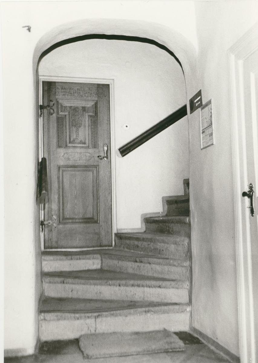 Trappan till övre våningen i en fastighet på kvarteret Gästgivaren.