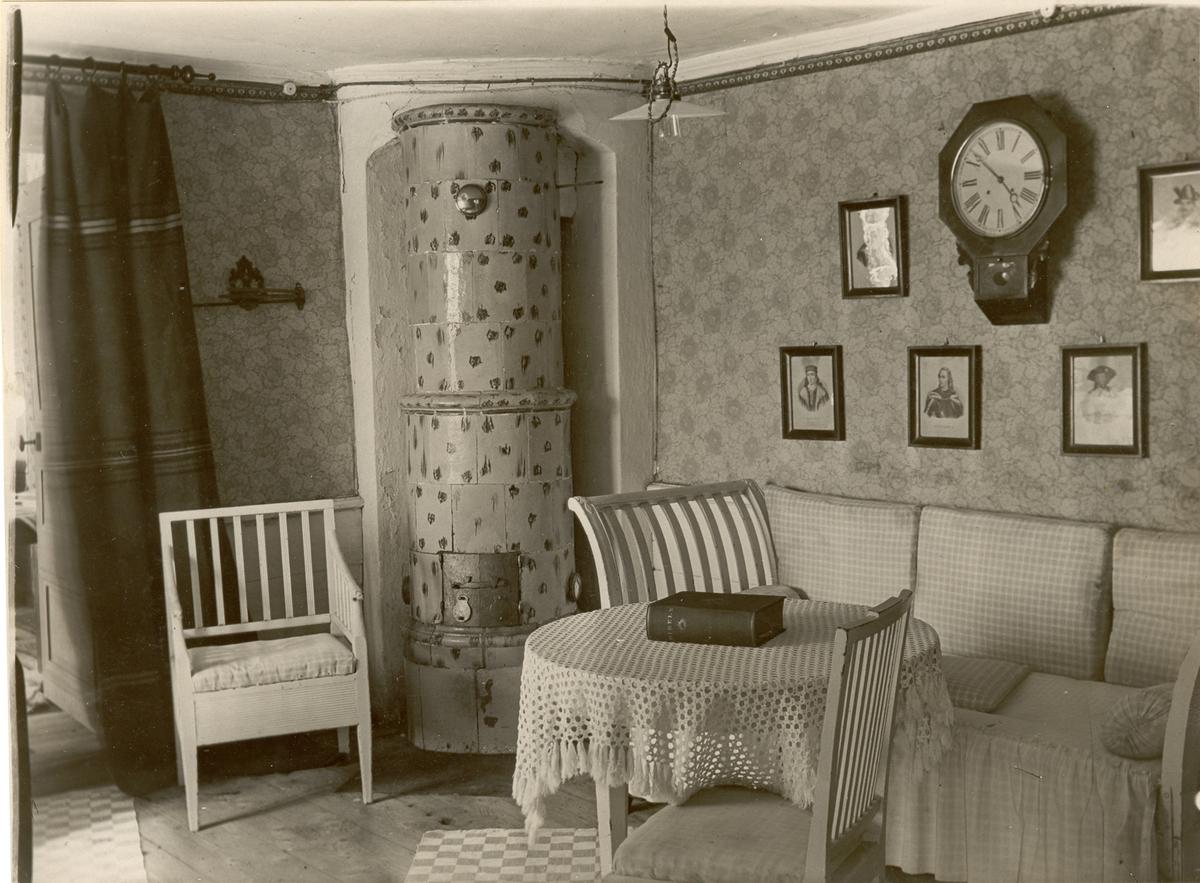 Huvudbyggnaden på Skälby gård. Nedre våningen, jungfrukammare med möbler från Kläckeberga. Länstolen är en nattstol.