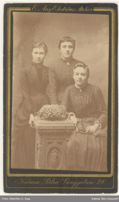 Tre okända unga damer.