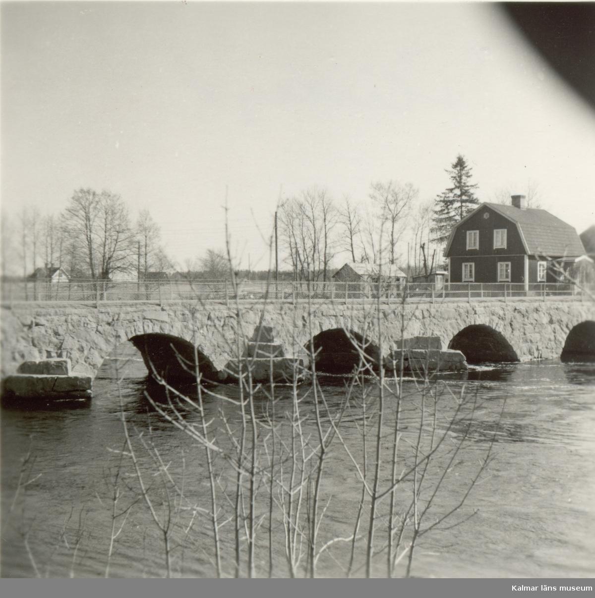 Läggevi bro, en stenvalvsbro över Emån som byggdes 1881-1882.
