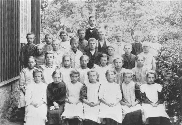 Gröna lidens skola, Gräshult. Skolklass utanför skolan omkr år 1908, lärare Evald Engström. Namnlista se bilaga till 53180. Förstoring 37 x 50 cm. Neg finns.