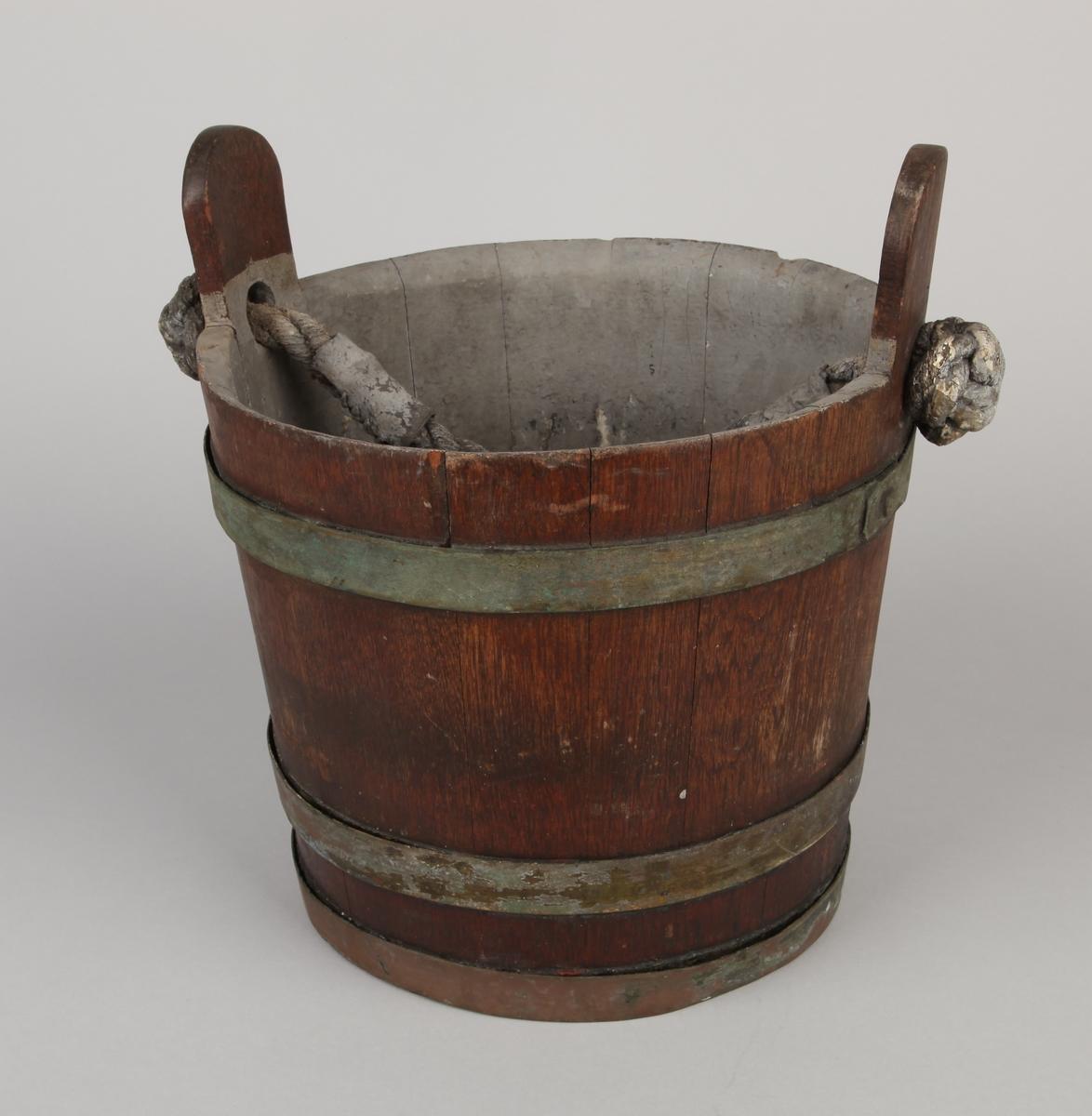 Brannbøtte i tre med tauhank holdt sammen av tre metall-bånd.