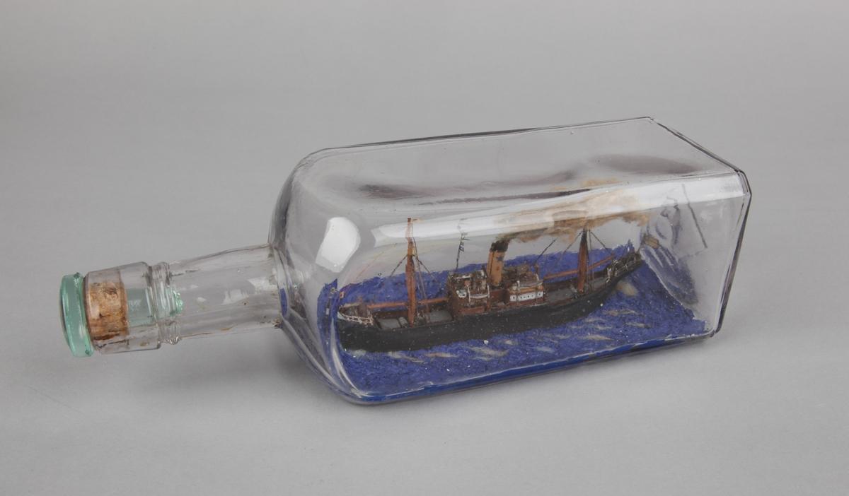 Firkantet flaske med dampskip på meget blått hav, skorsteinsmerke til Didrik Ellerhusen & Co.