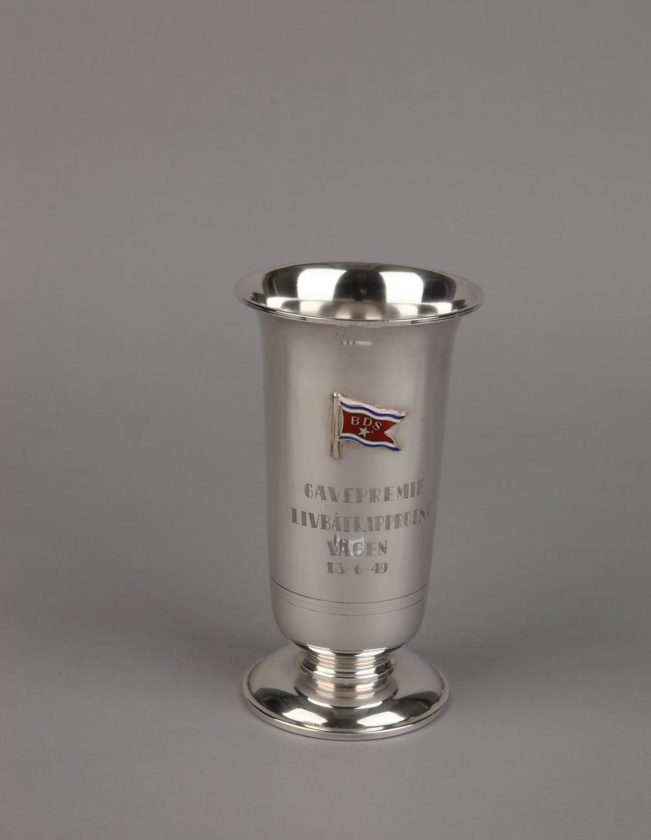 Sølvpokal på sokkel med emaljert rederiflagg for BDS.
