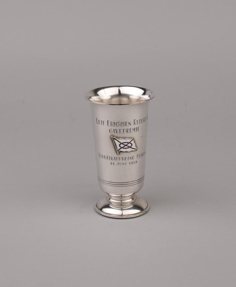 Sølvpokal med tekst inngravert samt emaljert skorsteinsmerke for rederiet Leif Erichsen Rederi