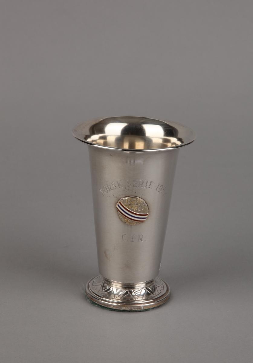 Sølvpokal fra Norsk serie 1958, på sokkel.