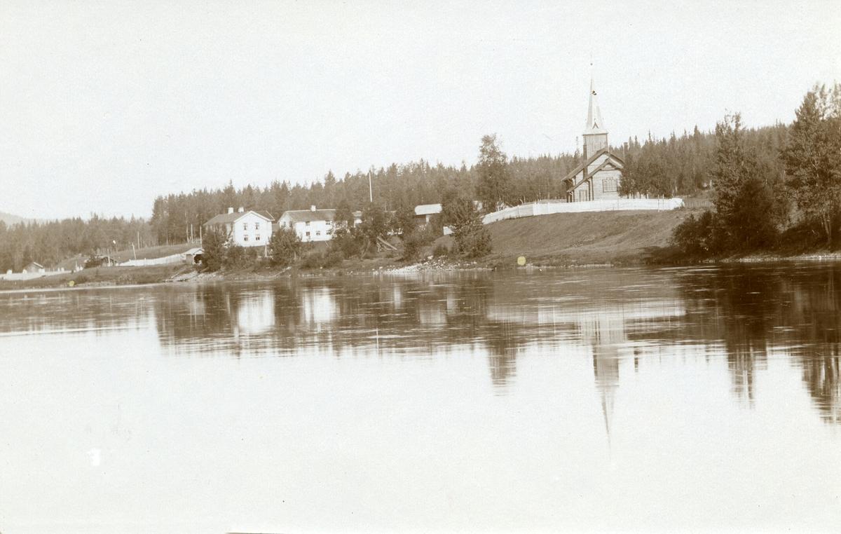 Plassen, gard; Grønneset (Gnr. 3, bnr. 1) til venstre. Kirken til høyre. Elva (Fallvika) i forgrunnen.