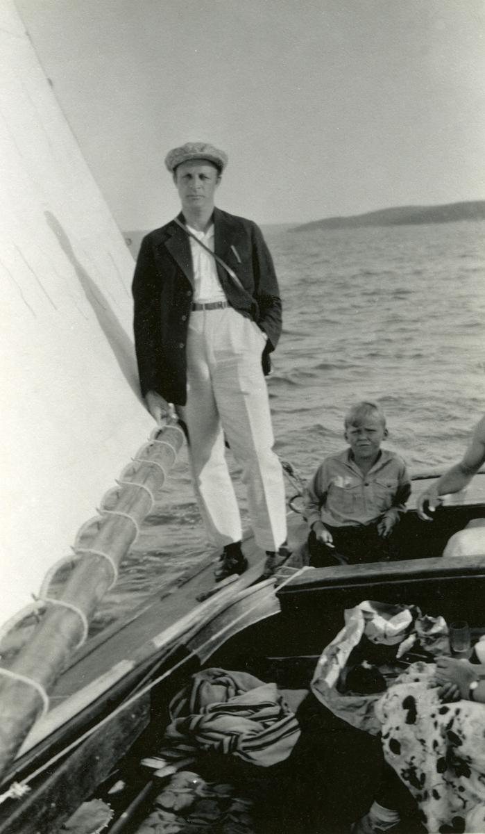 Haakon Garaasen (6/7 1887 - 1957) i seilbåt. Guttunge sitter bak ham.